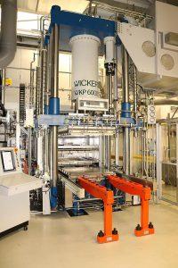 Dank ihrer modularen Bauweise lassen sich die hydraulischen Composite-Pressen von Wickert auf kundenspezifische Anforderungen hin maßschneidern. (Foto: Wickert)