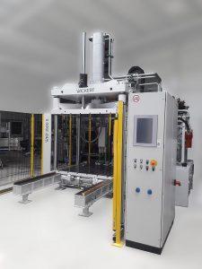 Dachhimmel für Pkws werden auf Pressen wie dieser WKP 1500 S teilweise bereits mit Composites gefertigt, die naturfaserverstärkte Kunststoffe enthalten. (Foto: Wickert)