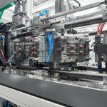 Arburg: Kompakte Würfelmaschine für technische Teile