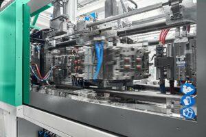 Das Herzstück der Würfelmaschine ist ein von oben gut zugänglicher Compact Cube des Partners Foboha. (Foto: Arburg)