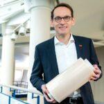 Dr. Thomas Kloster, Präsident des BASF-Unternehmensbereichs Performance Chemicals, hält eine Rolle mit Agrarfolien, die mit dem Wärmeschutzmittel Tinuvin NOR 356 stabilisiert wurden. (Foto: BASF)