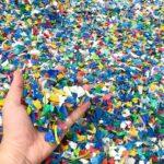 Ziel der neuen Entwicklung ist es, Kunststoffflakes aus bspw. Post-Consumer-Sammlungen ohne Granulieren direkt im Spritzgießen zu verarbeiten. (Foto: iStock)