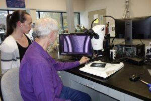 Chemikerin Jacqueline Schwark (l.) und Dr. Paul Hochgesang untersuchen die Oberflächen von Dichtungen, die aus dem neuen Material gefertigt wurden, auf Unregelmäßigkeiten. (Foto: Freudenberg Sealing Technologies)