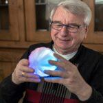 Der Therapieball soll kognitive und motorische Fähigkeiten auf spielerische Weise fördern. (Foto: icho systems)