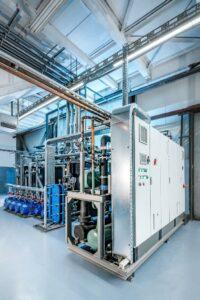 Aufgeräumt präsentiert sich die neue Kältetechnik für einen Kunststoffverarbeiter. (Foto: L&R Kältetechnik)