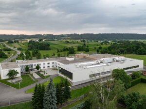 Harmonisch fügt sich der Firmensitz von asma in die Landschaft des Waldviertels ein. (Foto: Peneder)