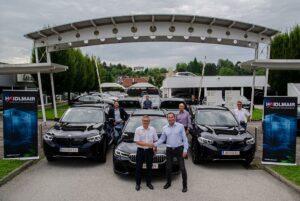 Mario Haidlmair (4.v.r.) und seine Mitarbeiter bei der Übergabe von sechs neuen Elektro- und Hybridmodellen von BMW. (Foto: Haidlmair)