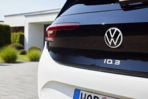 Das aktuelle VW-Emblem, wie hier beim ID.3, kombiniert weiße Buchstaben mit einem tiefschwarzen Hintergrund. (Foto: Volkswagen AG)