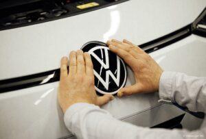 Noch prägender für Front und Heck: Im Durchmesser 4,5 cm größer ist das aktuelle Emblem im Vergleich zur vorherigen Variante. (Foto: Volkswagen AG)