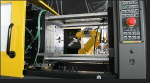 Mit einem LR Mate-Roboter von Fanuc komplett automatisierte Roboshot-Spritzgießmaschine. (Foto: Fanuc)