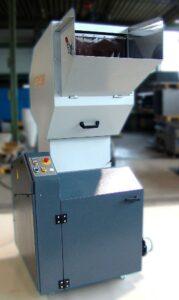 Ausgelegt für Durchsätze bis 160 kg/h ist die RS 2404, die als Mittelklasse-Trichtermühle in Spitzgieß- und Blasformbetrieben Einsatz findet. (Foto: Getecha)