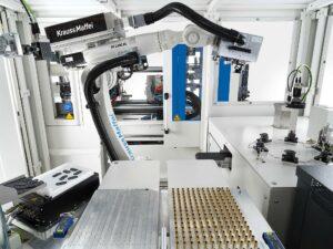 Komplexe Steckerfertigung leicht gemacht: Die Spritzgießmaschine mit angedockter Automationszelle steht für höchste Präzision auf engstem Raum. (Foto: KraussMaffei)
