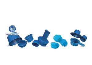 Ausgezeichnete Ressourcenschonung: Zahlreiche Schutzkappen und –stopfen aus PCR von Pöppelmann Kapsto tragen das Umweltzeichen Blauer Engel. (Foto: Pöppelmann)