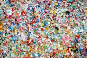 Neben schwarzen stellt Rowa auch farbige NIR-detektierbare Masterbatches bereit, die die Sortierung beim Recycling erleichtern. (Foto: Rowa)