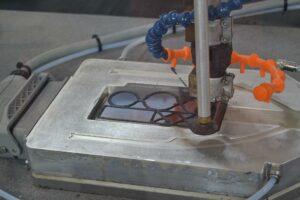 Der 3D-Druck erfolgt auf ein mit dem plasmapolymerisierten Haftvermittlerverfahren PlasmaPlus beschichtetes Edelstahlblech. (Foto: K-AKTEULL.de)