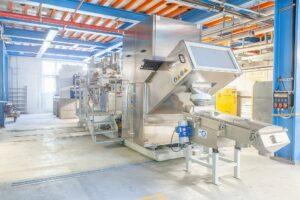 Die Erfolgsgeschichte der vor zwei Jahren selbst entwickelte Polymerisationsanlage erlaubt es Ems, die Produktion mit einer noch größeren Anlage im bestehenden Gebäude weiter auszubauen. (Foto: Ems)