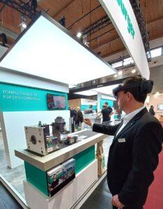 Technologiemanager Formenbau Markus Jenny informiert über die vielfältigen Möglichkeiten im Bereich Augmented-Reality. (Foto: Meusburger)