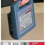 Nolden präsentiert den ein kleines handliches Testgerät namens MouldExpert. (Foto: Nolden)