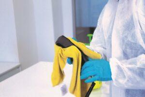Das Desinfizieren von Kunststoffoberflächen gehört inzwischen zum Alltag. (Foto: Romira)
