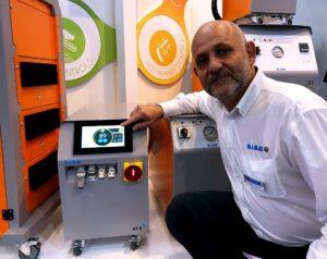 Philippe Monnet präsentiert die runderneuerten Temperiergeräte von Sise, die mit dem neuen 7-Zoll-Farbtouchscreen ausgestattet sind. (Foto: K-AKTUELL.de)