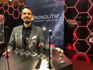 Torsten Glittenberg präsentiert die erste additiv gefertigte einteilige Heißkanaldüse von Witosa, die mittels 3D-Druck im SLM-Verfahren entsteht. (Foto: K-AKTUELL.de)